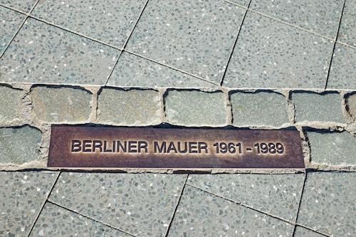 Berlinmuren markerad med gatstenar