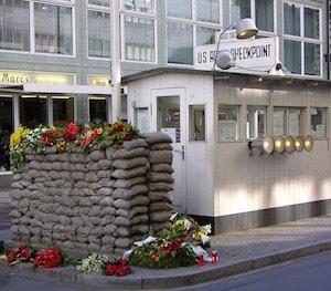 Bild på Checkpoint Charlie i Berlin