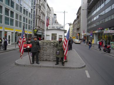 Vakter vid Checkpoint Charlie