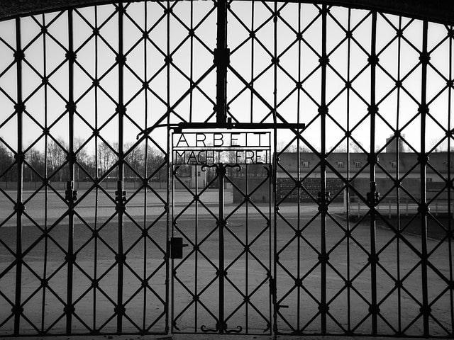 ARBEIT MACHT FREI-skylt vid ingången till koncentrationslägret Dachau